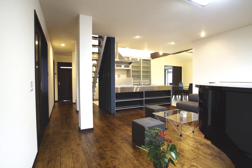 オープンな LDK に寛ぎ階段のあるロフトを楽しむ平屋の家