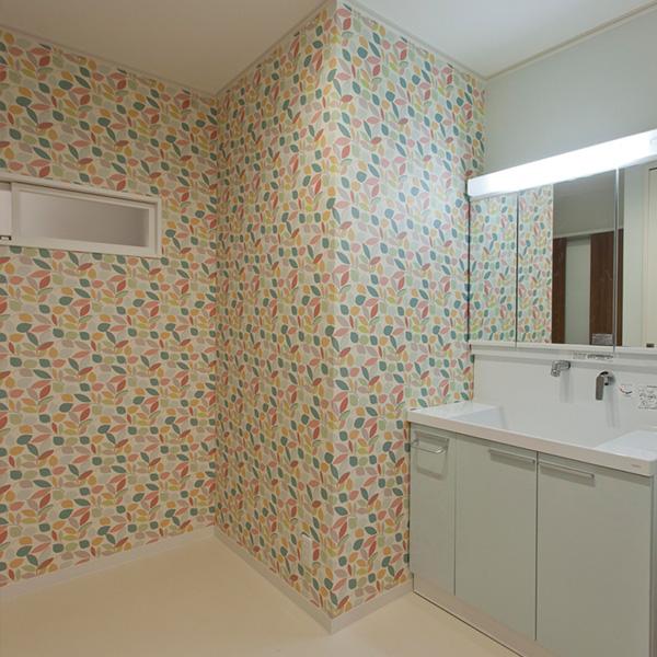 壁紙にこだわった洗面所 リフォーム後