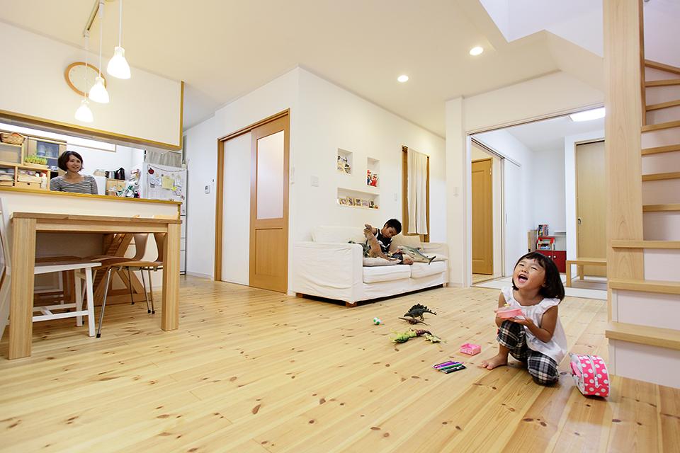 リフォーム事例紹介:お子さまも素足で遊べる、パイン天然無垢のLDKに。