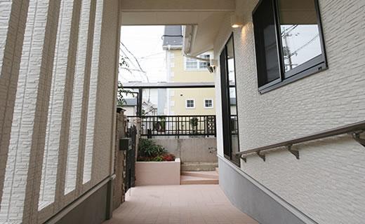 画像:プライバシーを守りながら、天窓で昼明るく、夜も見通しの良い門まわり。
