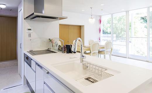 画像:すっきりとした居心地のいい空間に使用感・デザインも良いシステムキッチンをご提案。