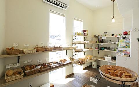 画像:地元のお客様をお迎えする、馴染みのパン屋