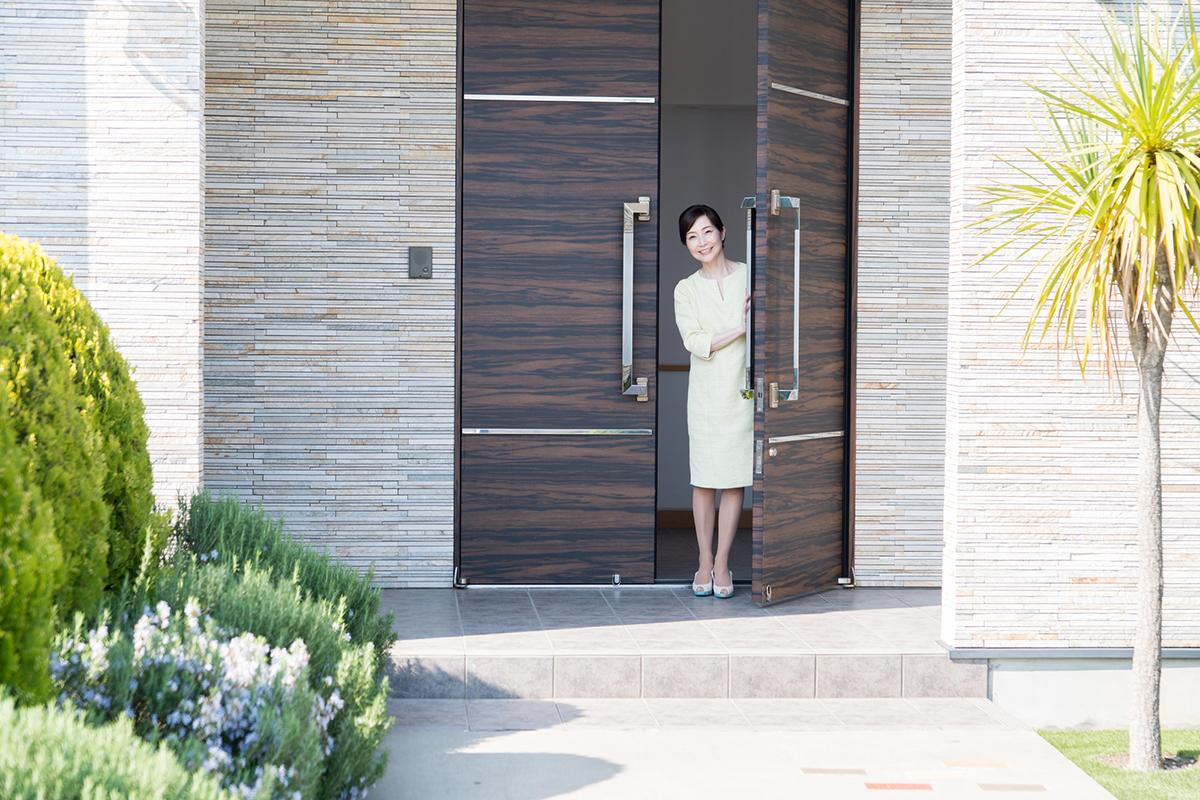 おしゃれな玄関でお出迎え!玄関を彩るこだわりのドア-1